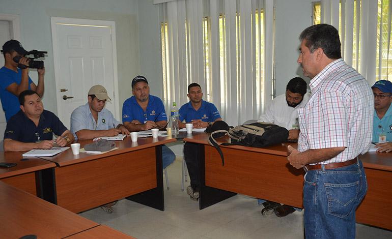 Los técnicos de Pronagro en plena capacitación para instalar viveros de aguacates.