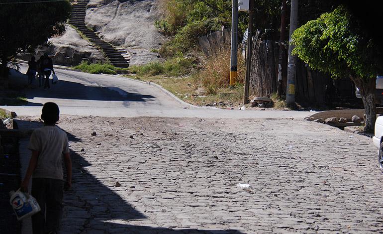 En los barrios Villa Adela y Lempira, las calles por años han sido de adoquín y empedradas.