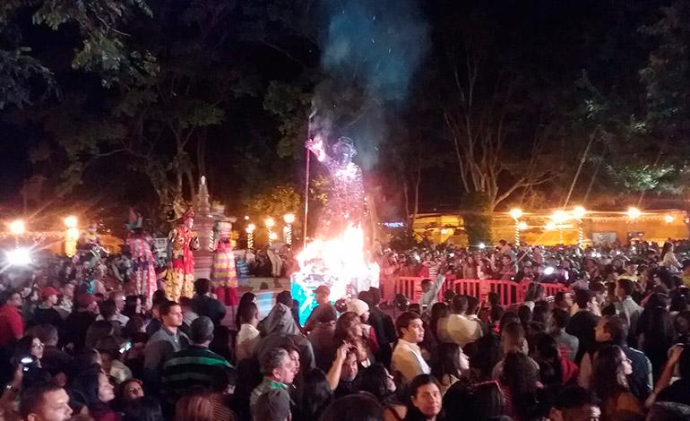 La quema de las chimeneas gigantes de Trinidad, Santa Bárbara, fue el atractivo de este año.