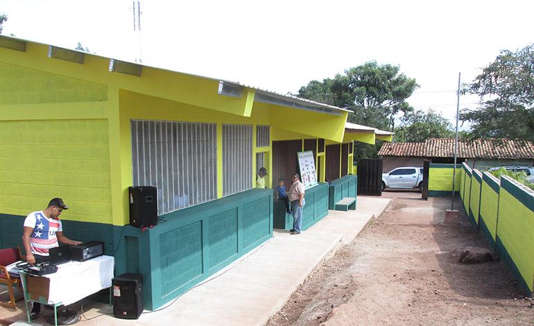 Done un Aula les entregó a los escolares un nuevo salón de clases y tres restaurados, que mejorarán sus condiciones educativas.