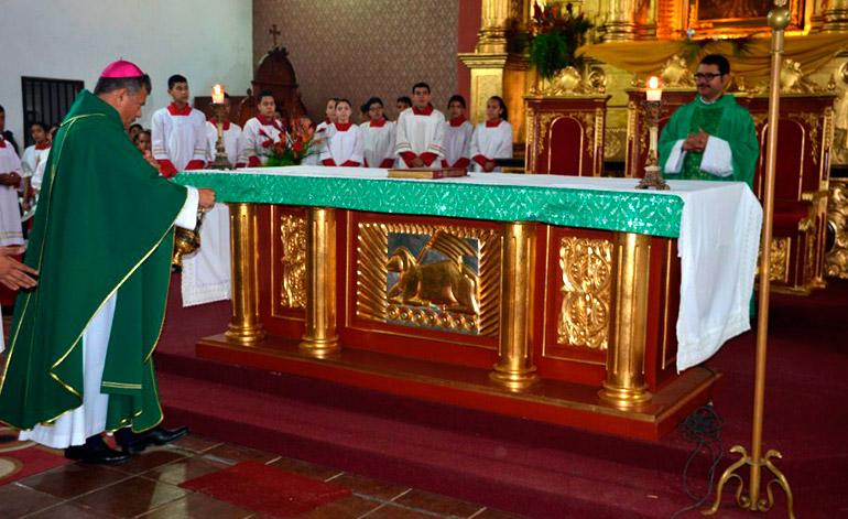 El obispo José Antonio Canales oficiando la primera misa de la Diócesis de esta ciudad.