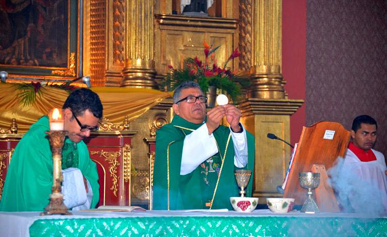 Momento solemne durante la celebración de la eucaristía en compañía del párroco Martín Pastrana.