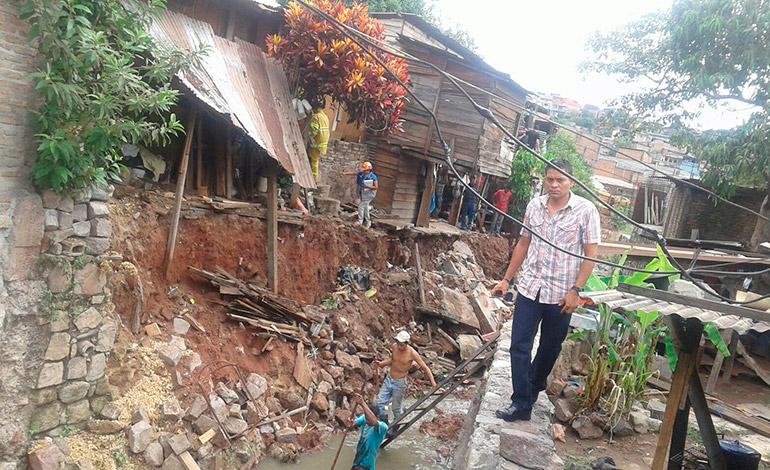 Las personas piden por lo general la construcción de viviendas o reparación de muros o techos.
