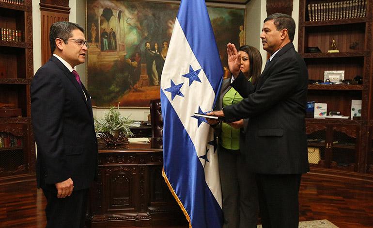 El mandatario Juan Orlando Hernández juramentó al exjefe de las Fuerzas Armadas, general retirado Freddy Díaz, como viceministro de Defensa.