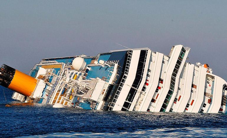 """El 13 de enero de 2012, el crucero """"Costa Concordia"""" se hundió de forma parcial al chocar contra una roca cercana a la costa, en la Toscana italiana y, posteriormente, fue enderezado, pero acabó desmantelado."""