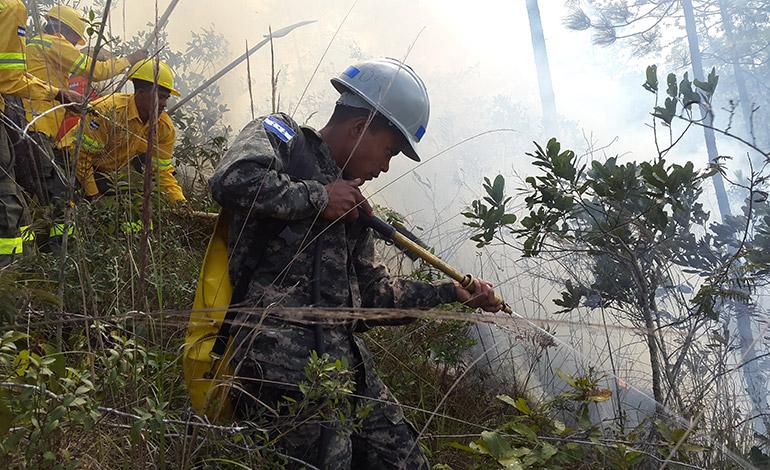 Los soldados cuentan con el equipo necesario para participar en la sofocación de los incendios en los bosques.