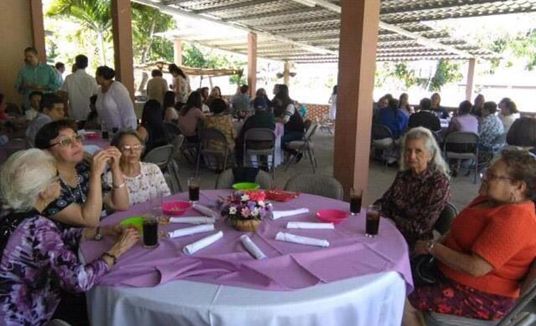 Otras distinguidas maestras y apreciados profesores compartieron el cumpleaños de la maestra de generaciones.