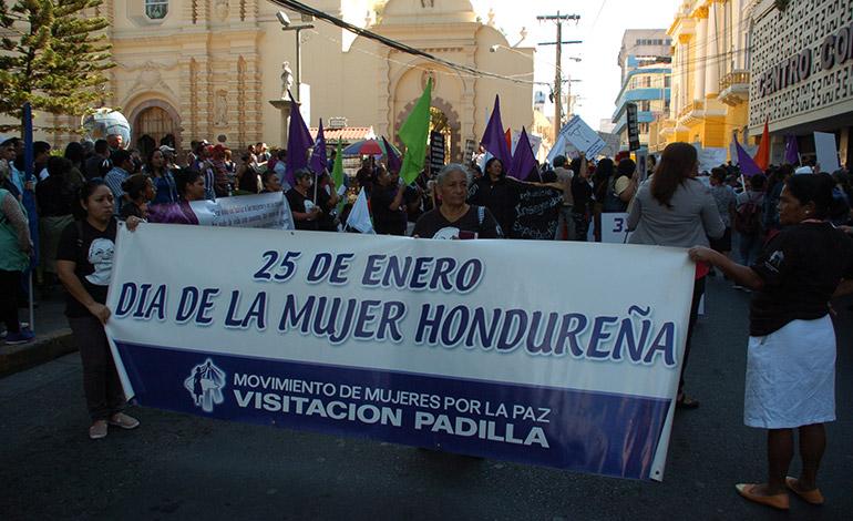 La Policía les cerró el paso a las mujeres, hasta el Congreso Nacional, por lo que mantuvieron su actividad frente al parque Central.