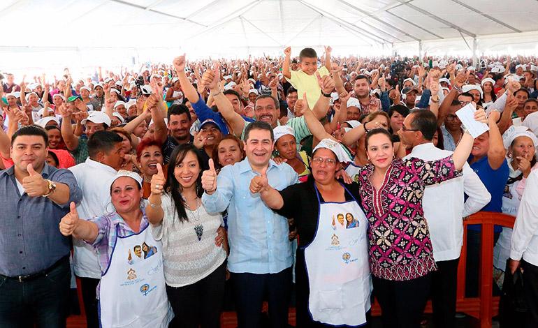 Los programas sociales del Presidente Hernández y la Primera Dama, Ana García, benefician a la fecha casi al millón de hondureños.