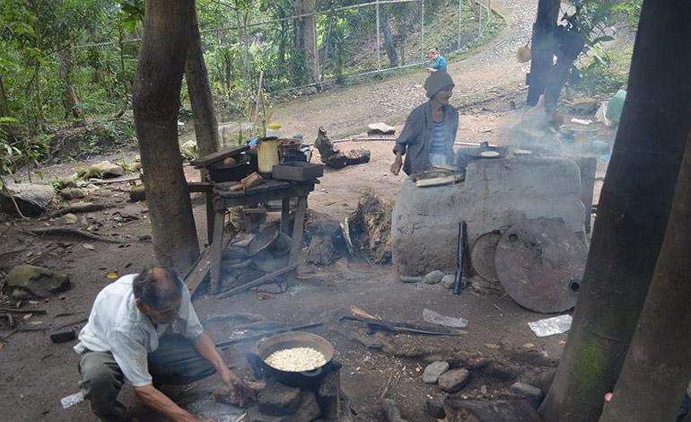 Esta es la cocina improvisada del matrimonio de Ismael y María en el Pozo Bendito.