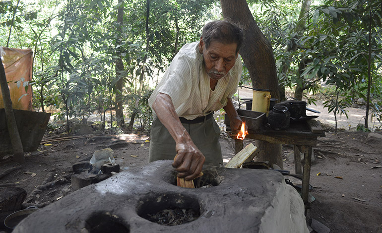 Ismael se encarga de encender el fogón.