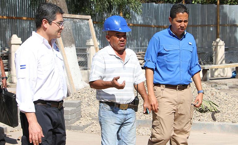 El mandatario llegó de sorpresa junto al ministro Sánchez al proyecto de Juticalpa para constatar los avances de la obra.