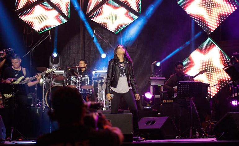 Las muchachas muestran su gran capacidad vocal al interpretar las canciones en el género rock.