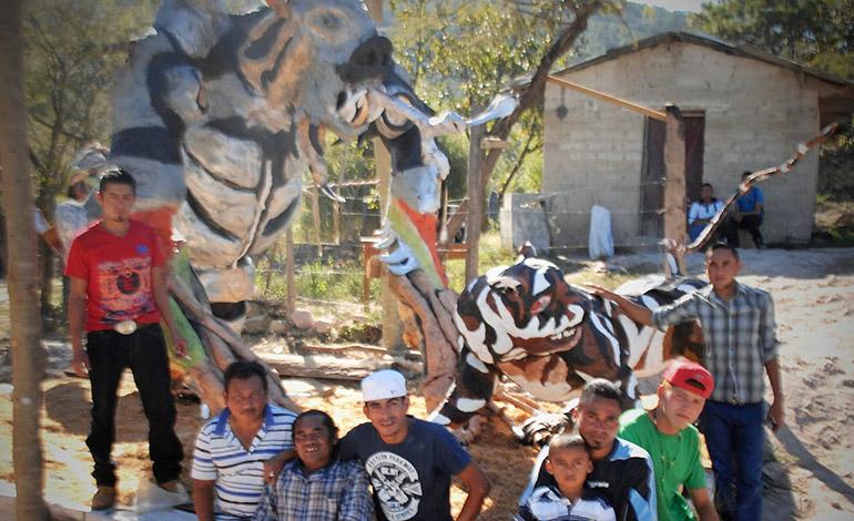 """En Ojojona es una tradición que los lugareños construyan enormes """"pichingos"""" de año viejo para resaltar su creatividad y alegría."""