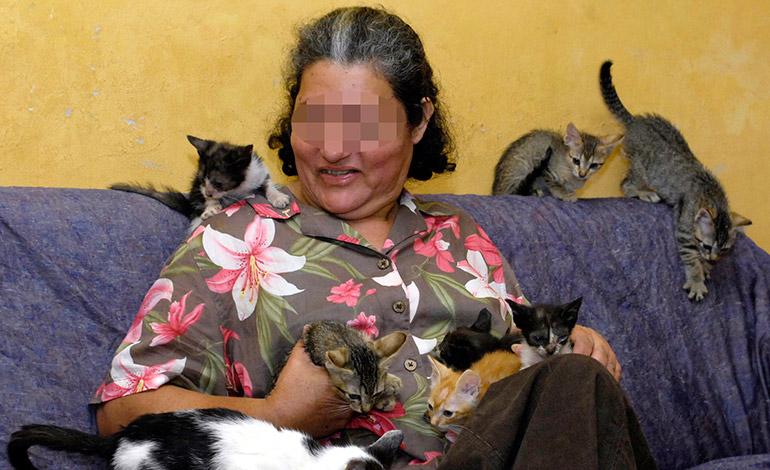FAMILIA.- La señora ama los gatos como si fuesen su familia.