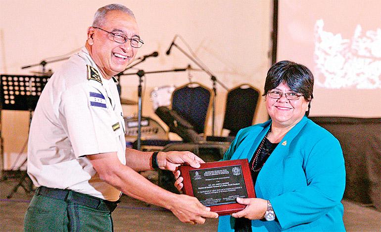 Ana Aminta Madrid, ministra de INAM, también se otorgó distinción en el evento.