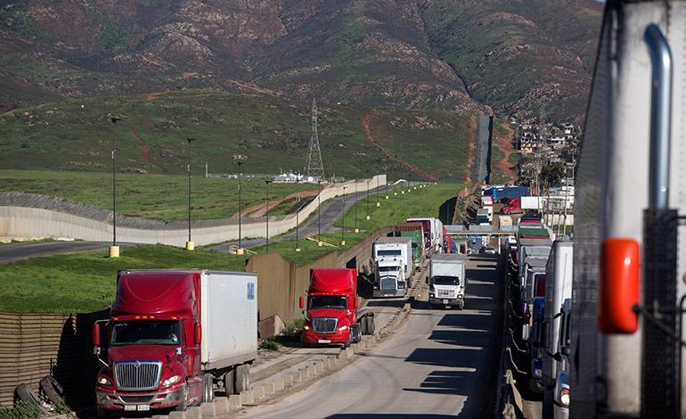 Los presidentes de México, Enrique Peña Nieto, y de Estados Unidos, Donald Trump, buscan reducir la tensión en la relación bilateral tras reconocer las diferencias de sus posiciones sobre el pago del muro fronterizo.