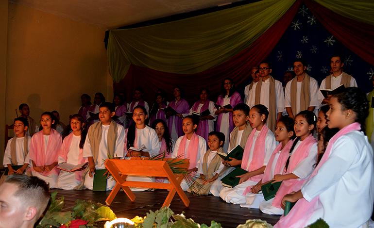 El coro junto al pesebre del niño Dios.