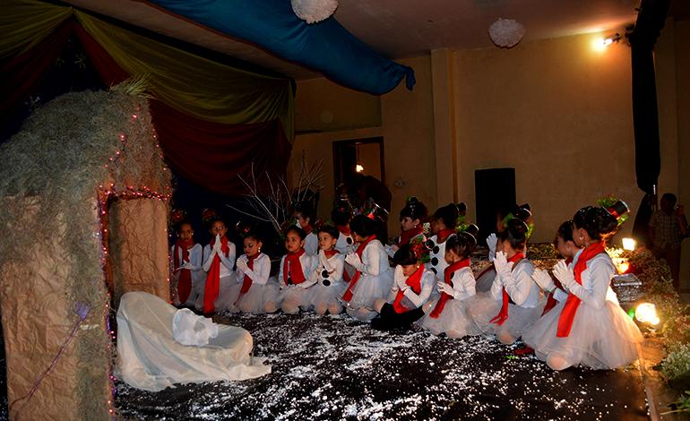 Acto de veneración al niño Dios.