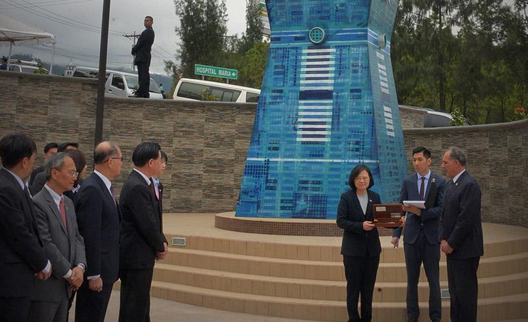 El alcalde Nasry Asfura entregó las llaves de la capital a la mandataria Tsai Ing-wen, frente a la réplica de la Torre Taipéi 101.