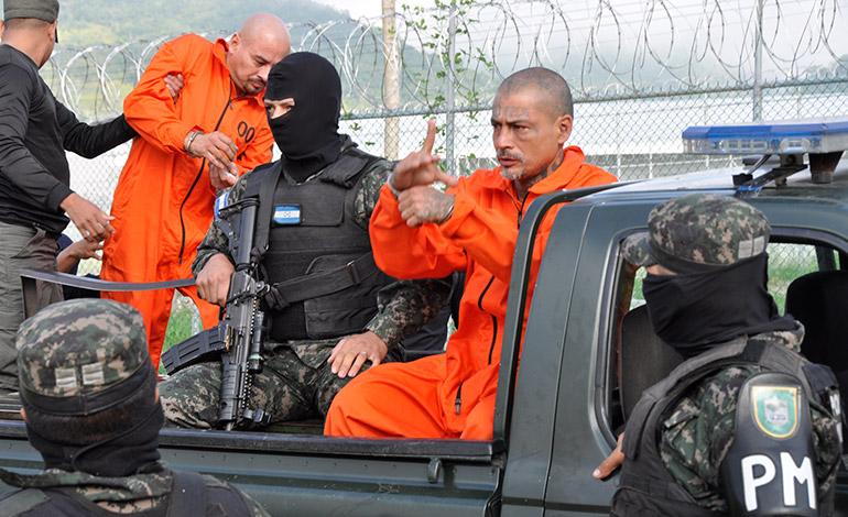 Los elegidos de ayer siempre estaban fuertemente custodiados por militares.