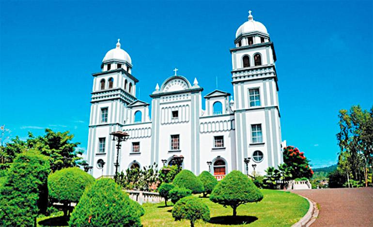 La Basílica de Nuestra Señora de Suyapa dominando la colina de la antigua aldea de Coyapa (Suyapa)
