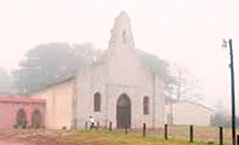 El templo de la aldea de El Hatillo en un día cubierto de neblina.