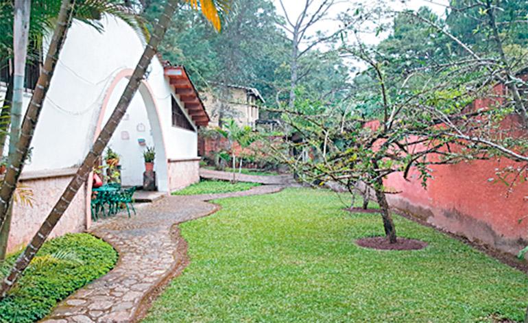 Una de las residencias de la aldea de Las Casitas antes de llegar Cementerio San Miguel Arcángel.