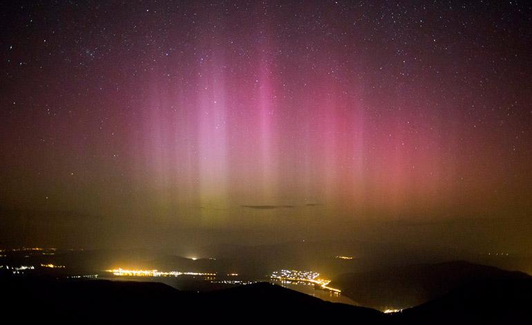 La aurora boreal se forma sobre la ciudad de Pilisszentkereszt, situada a 26 kms al norte de Budapest (Hungría. EFE/Balazs Mohai PROHIBIDO SU USO EN HUNGRÍA[PROHIBIDO SU USO EN HUNGRÍA]