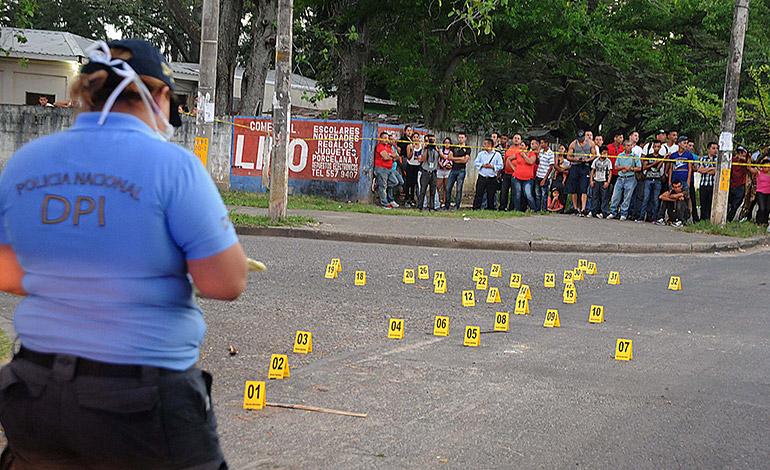 Detectives encontraron esparcidos más de 40 casquillos de fusiles AK-47 y AR-15.