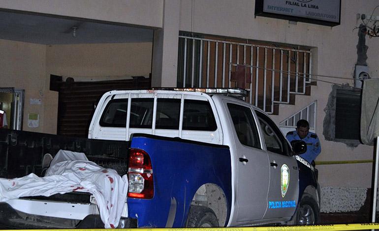 En el tiroteo murió el dueño del negocio cuando era llevado a la Cruz Roja en una patrulla.