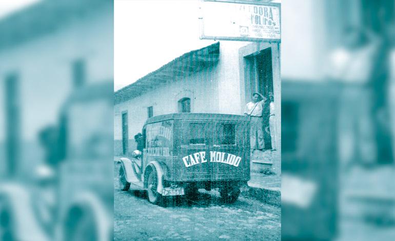 """""""La Proveedora"""" fabrica de Café molido y uno de sus carros repartidores."""