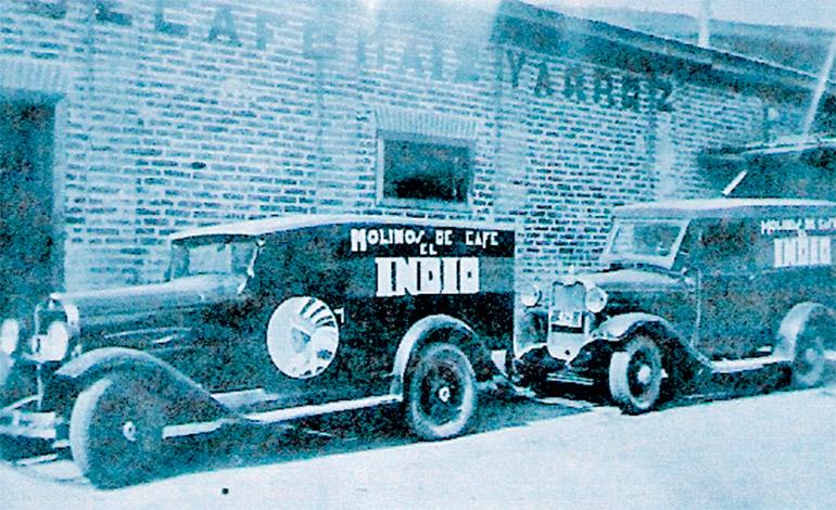"""Antiguos carros repartidores de """"El Indio"""" hace 83 años."""