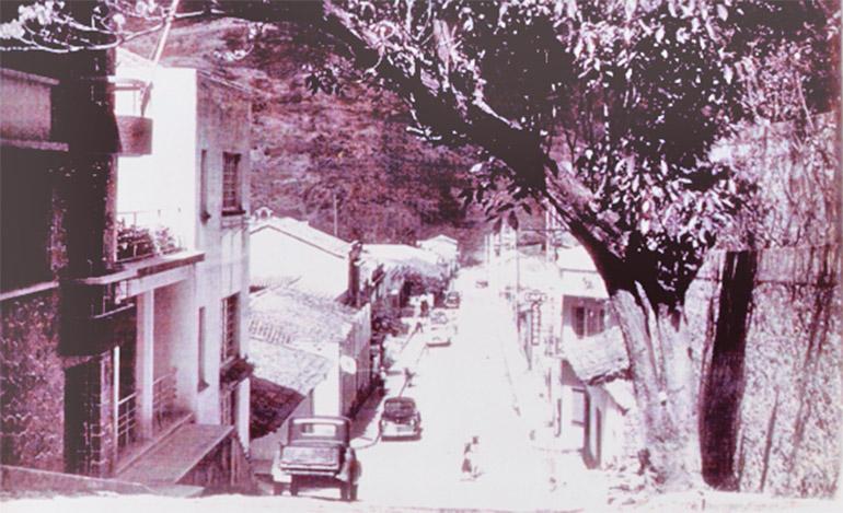 La flecha indica el rótulo donde se fabricaba el Café Corona en el Barrio Abajo