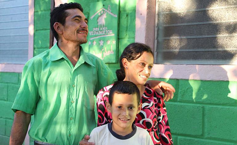 La familia Pérez- Paz sonríe feliz al ver cumplido su sueño de una casa digna.