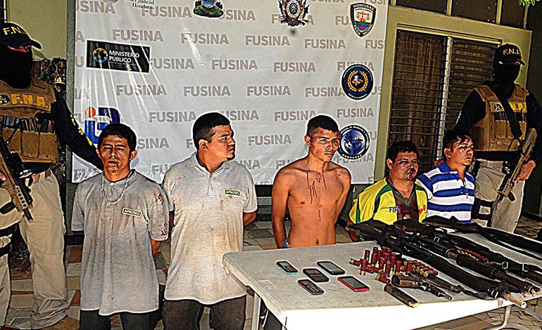 Junto al supuesto miembro de la MS-13 fueron arrestados cuatro sujetos más vinculados al delito de extorsión y otros.