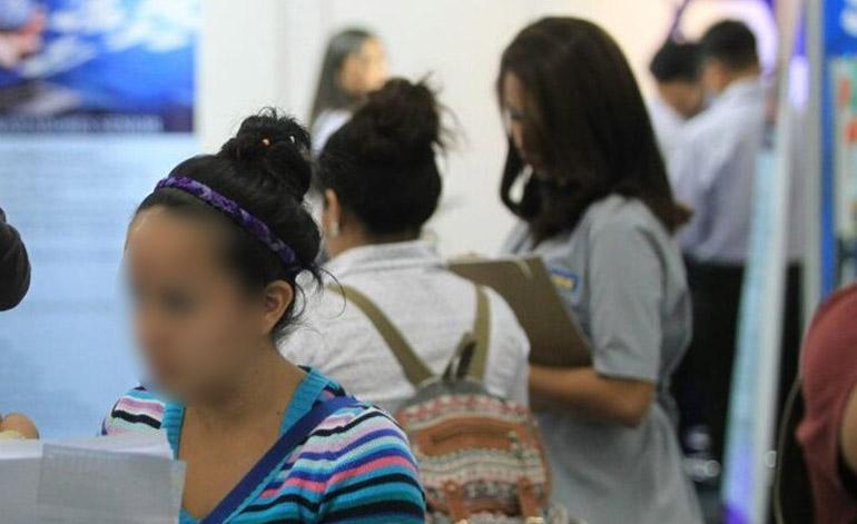 Miles de personas, sobre todo jóvenes, andan en busca de una oportunidad de trabajo.