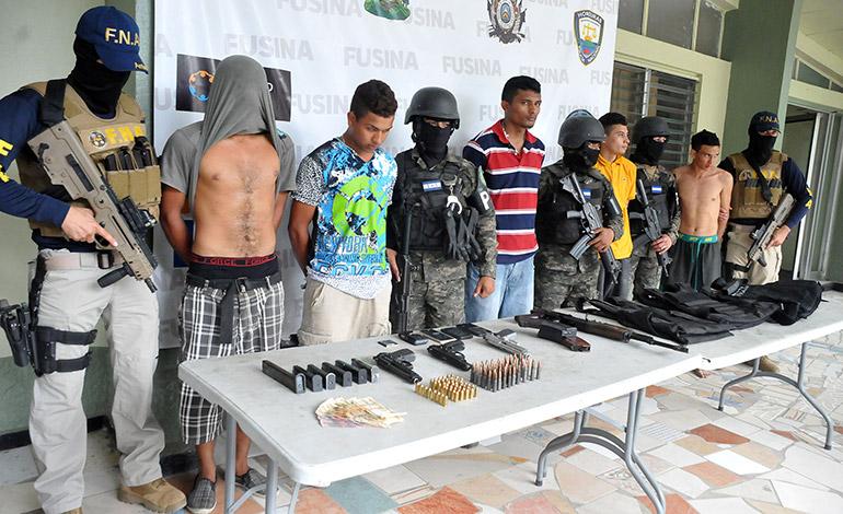 A los detenidos se les decomisó varias armas de fuego y chalecos antibalas.