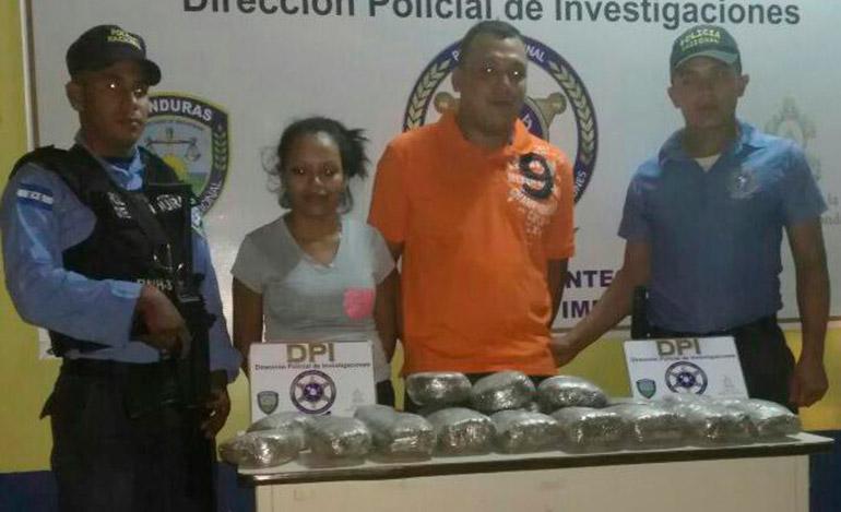 A esta pareja, la Policía Nacional la capturó en posesión de 20 paquetes de marihuana.