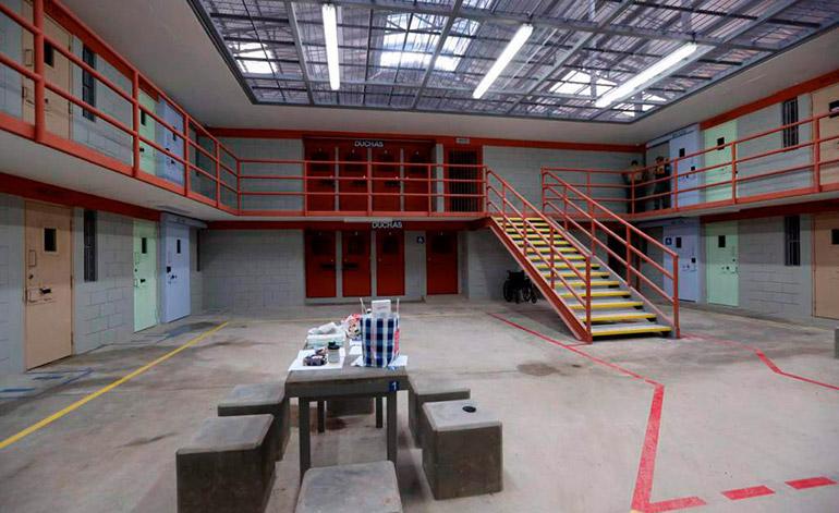 Ocho custodios que fueron depurados en la cárcel de máxima seguridad, habían comenzado a pasar alimentos no permitidos a los presos.