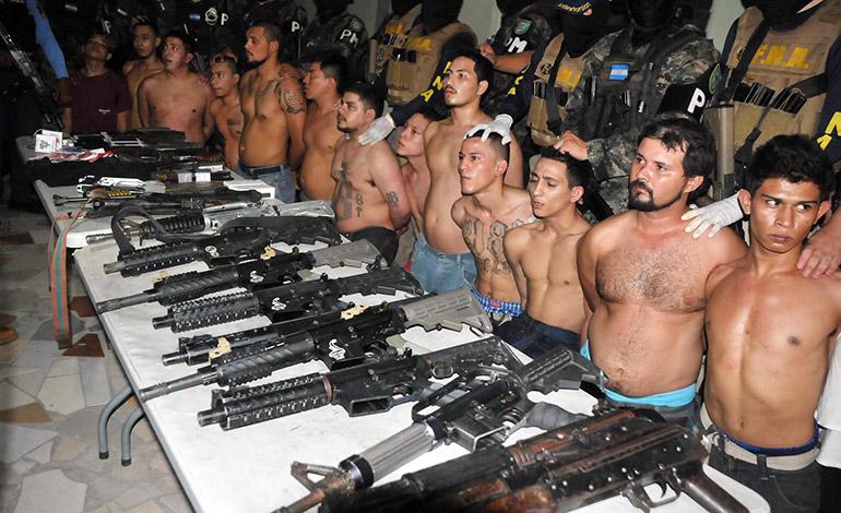 En la reciente captura de 18 miembros de la pandilla 18, involucrados en el crimen del periodista Igor Padilla, la mayoría de las armas decomisadas fueron fusiles y de largo alcance.