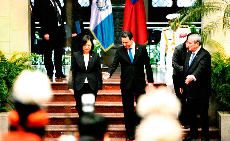 El presidente Morales de Guatemala recibió a su homóloga taiwanesa en el Patio de la Paz. (Foto: Wilder López/Soy502).