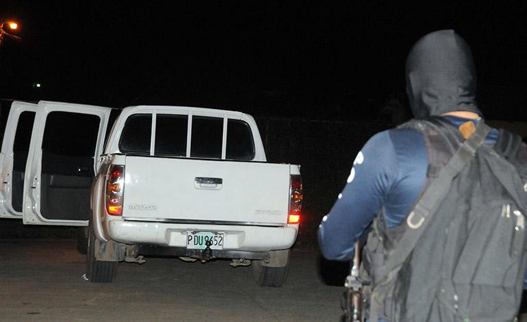 El carro en que se transportaban los criminales fue dejado abandonado en la colonia Luisiana.