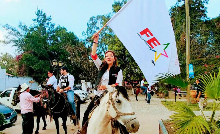 La candidata a diputada del Libre, Aracely Flores, sorprendió cabalgando este hermoso caballo el fin de semana. Ella se postula en el movimiento Fuerza y Esperanza (FE).