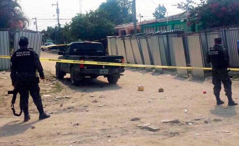 El vehículo en el que se conducía la víctima presentaba varias perforaciones de bala.