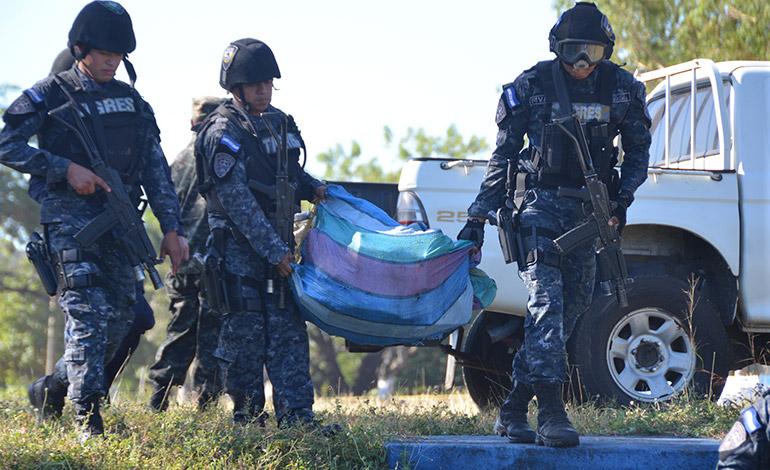 Los 18 fardos conteniendo el alcaloide fueron trasladados desde la Base Naval en Amapala hacia Tegucigalpa, por vía aérea.