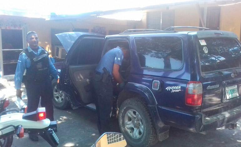 Los agentes policiales de la DPI detuvieron a los supuestos delincuentes en el mercado nuevo de la ciudad de Choluteca.