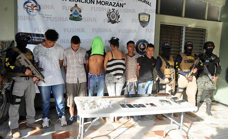 Horas más tarde, los mismos agentes capturaron a otros seis miembros de esa misma estructura criminal.