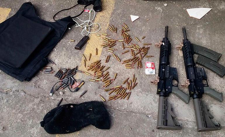 Dentro del vehículo en el que se conducían los facinerosos fueron halladas armas de grueso calibre y chalecos antibalas.