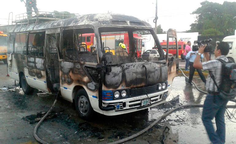 Autoridades señalaron que los responsables de haber quemado el autobús serían miembros de la pandilla 18.